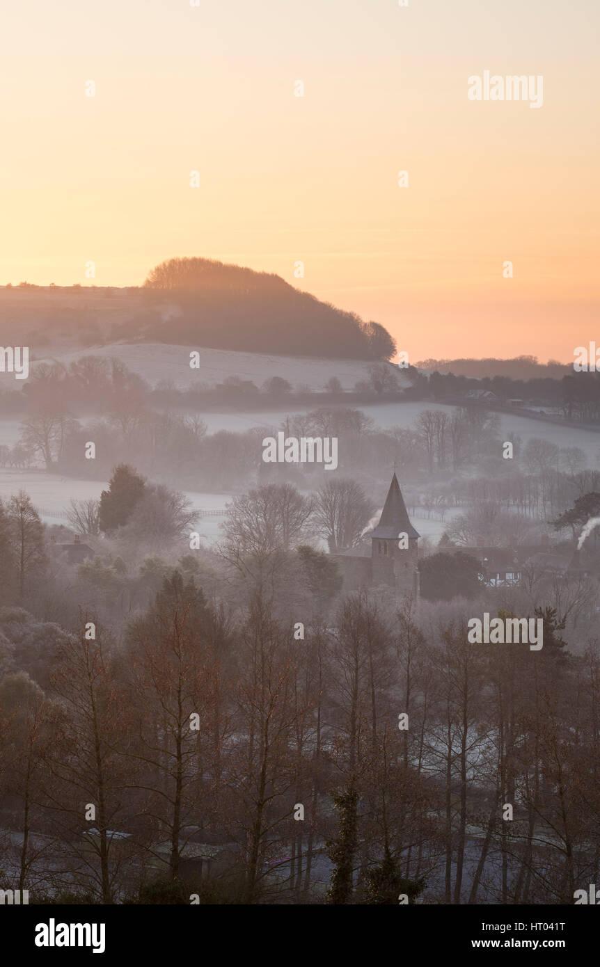 La aldea de Postling en el Kent Downs en una mañana de invierno. Foto de stock