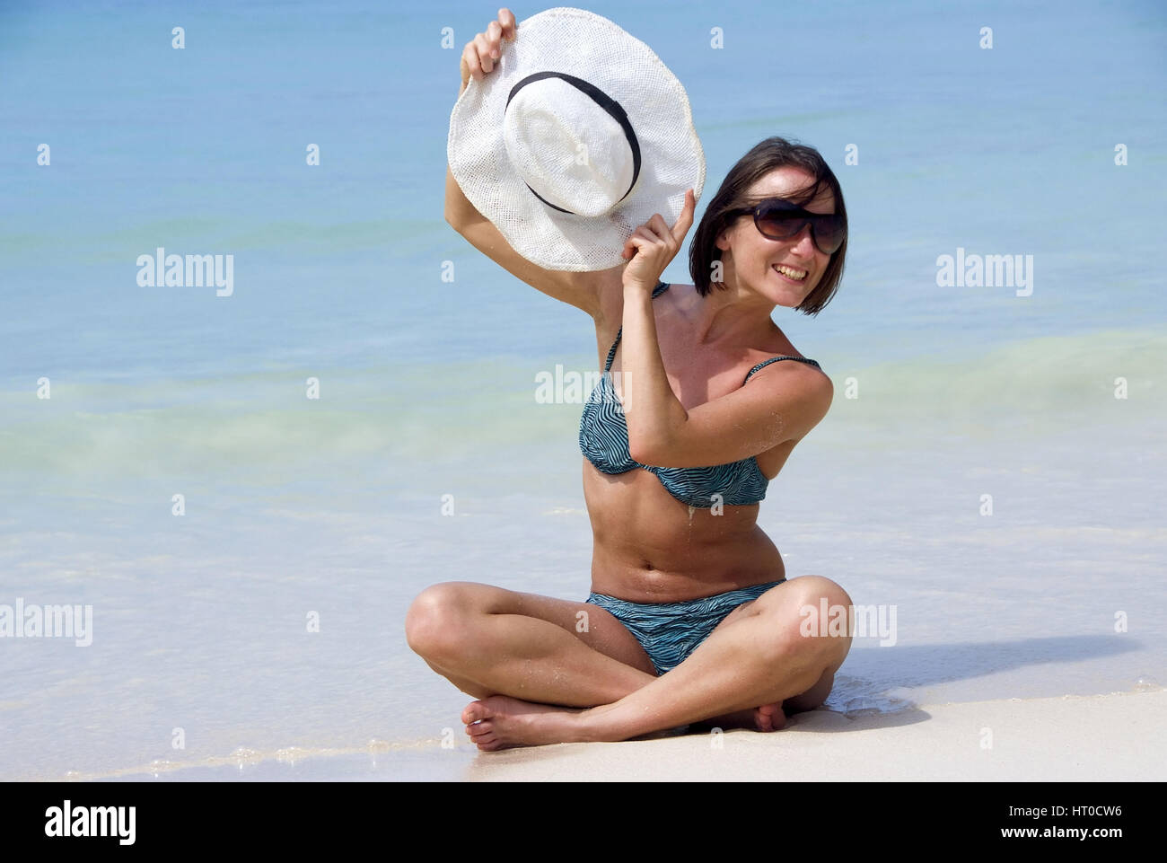 Junge Frau im am Meeresufer Bikini - mujer joven en la playa Foto de stock