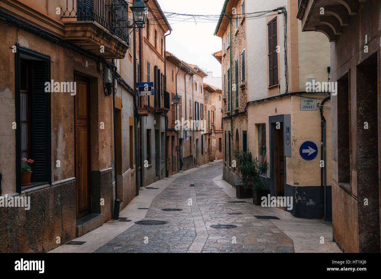 Calles estrechas y sinuosas en el histórico pueblo de Pollensa con sus tradicionales casas de piedra, Mallorca, Imagen De Stock