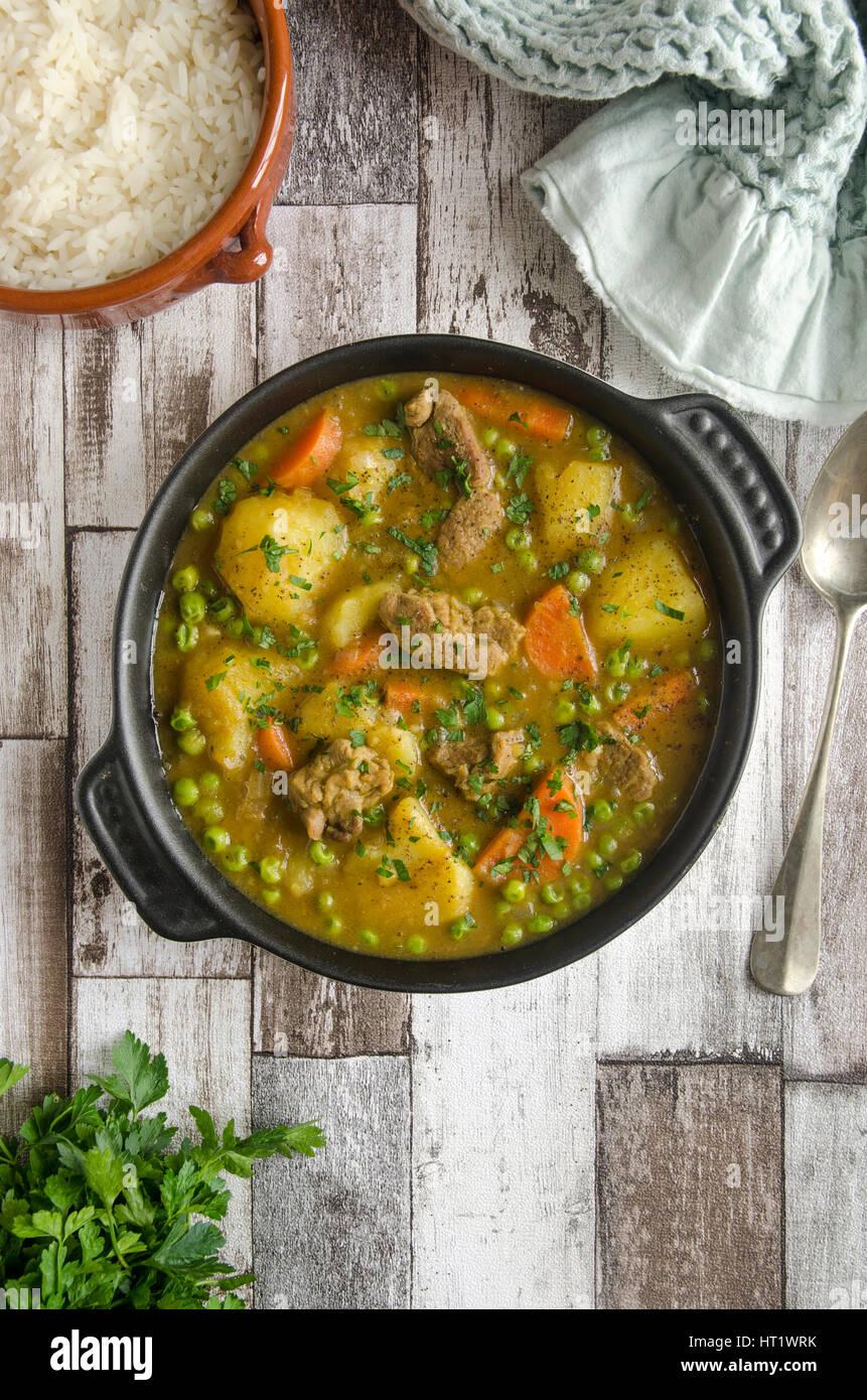 Guiso de cordero y verduras picantes con arroz basmati Imagen De Stock