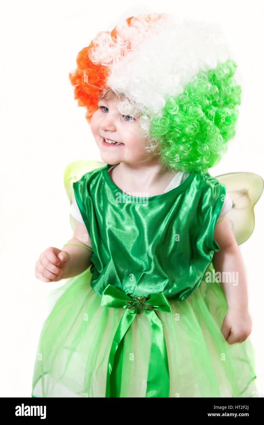 Un Cultivo De Una Linda Chica En Un Vestido Verde Con Un