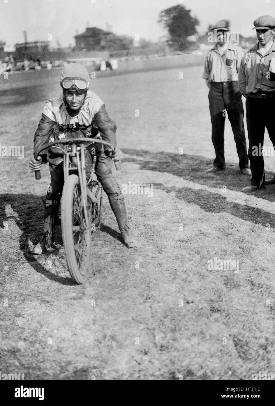 American speedway rider Pecha arte en su Harley-Davidson, Lea Bridge Stadium, Leyton, Londres, 1928. Artista: Bill Imagen De Stock
