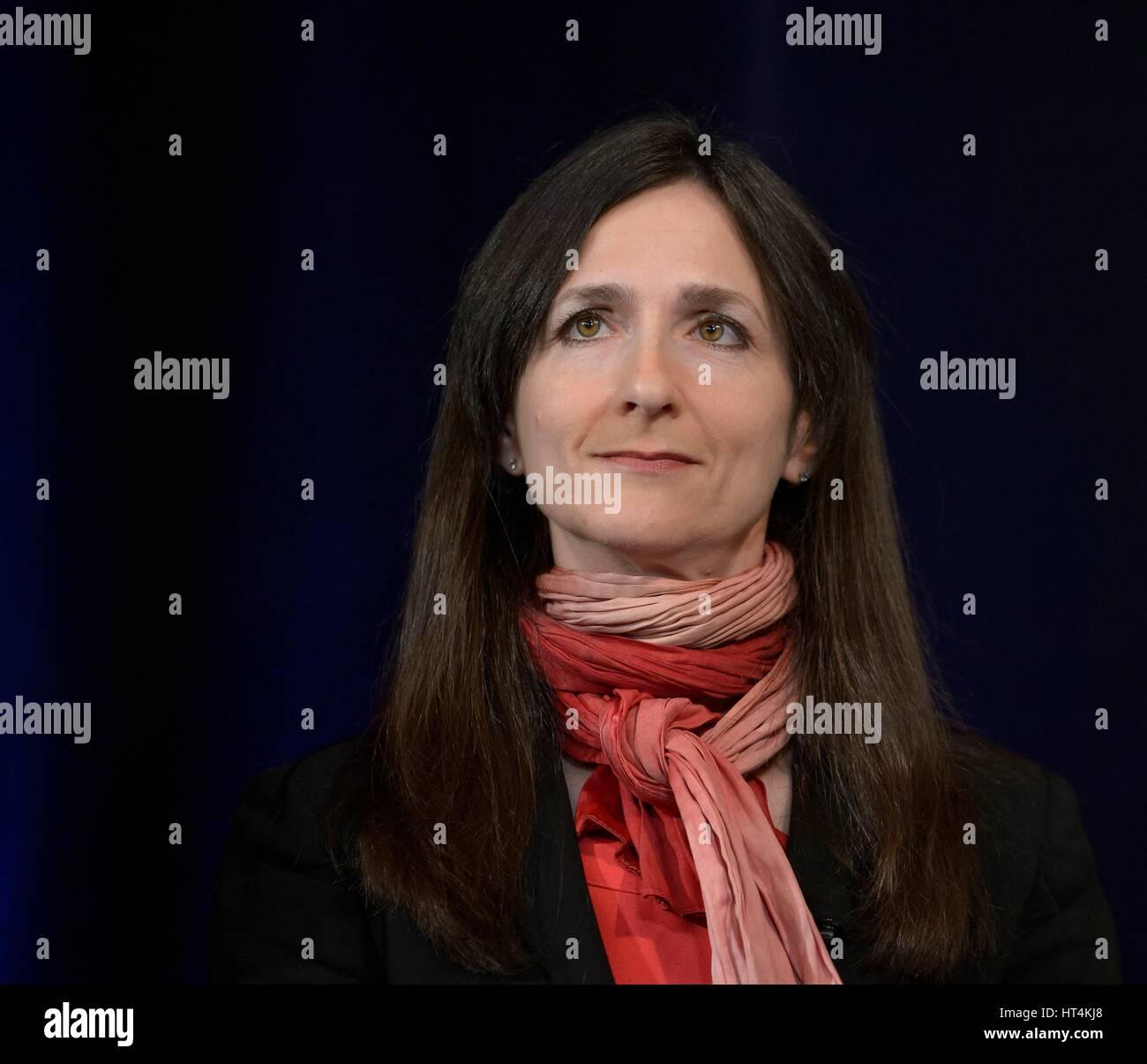 Instituto de Tecnología de Massachusetts Profesor de Ciencias Planetarias y Física Sara Seager presenta los resultados de la investigación durante un trapense-1 planetas briefing en la Sede de la NASA el 22 de febrero de 2017 en Washington, DC. Los investigadores revelaron el primer sistema conocido de siete los planetas de tamaño similar a la tierra alrededor de una estrella, llamada trapense-1. Foto de stock