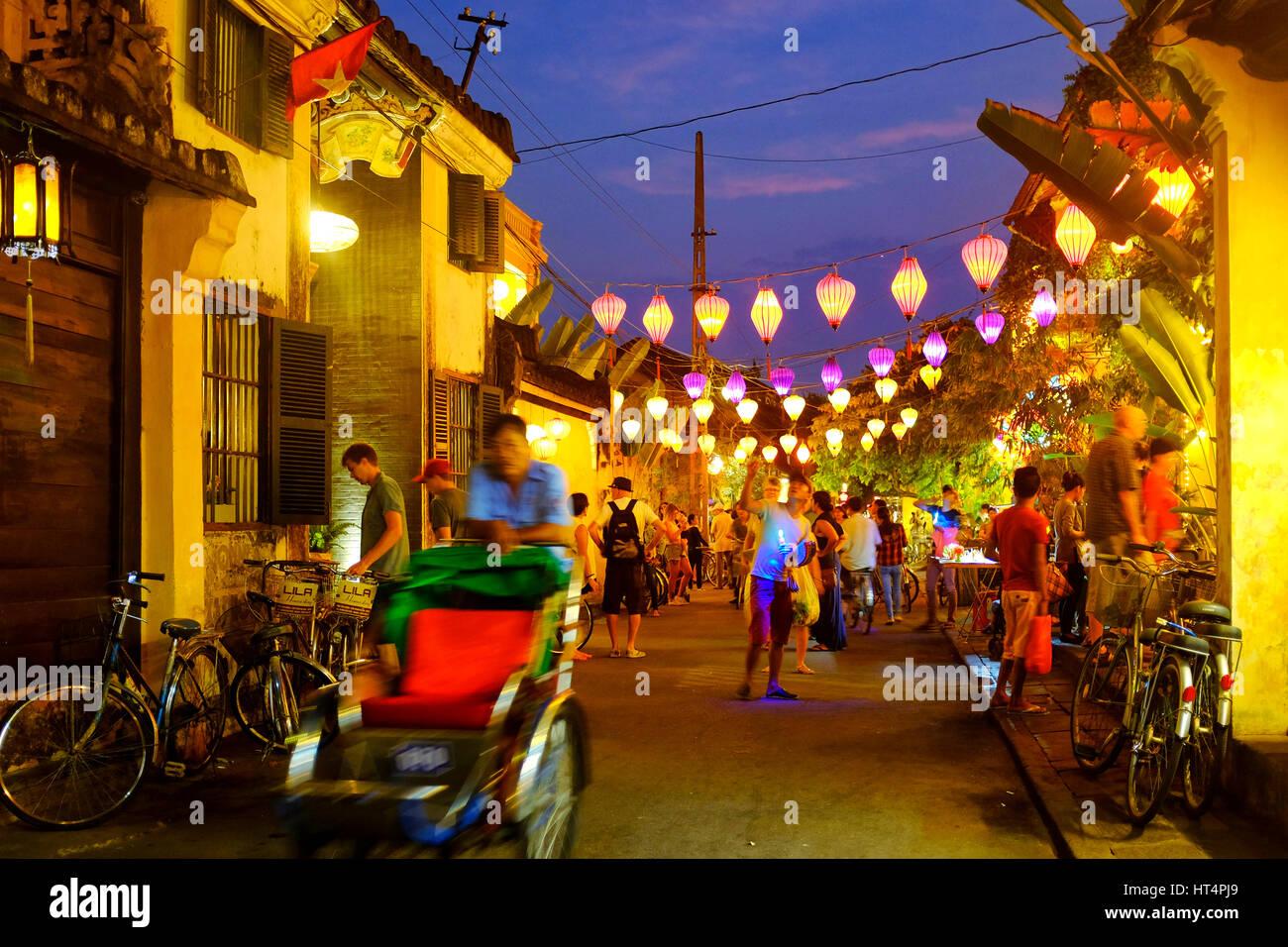 Los lugareños y turistas en la calle Tran Phu durante la noche, Hoi An, Vietnam Imagen De Stock