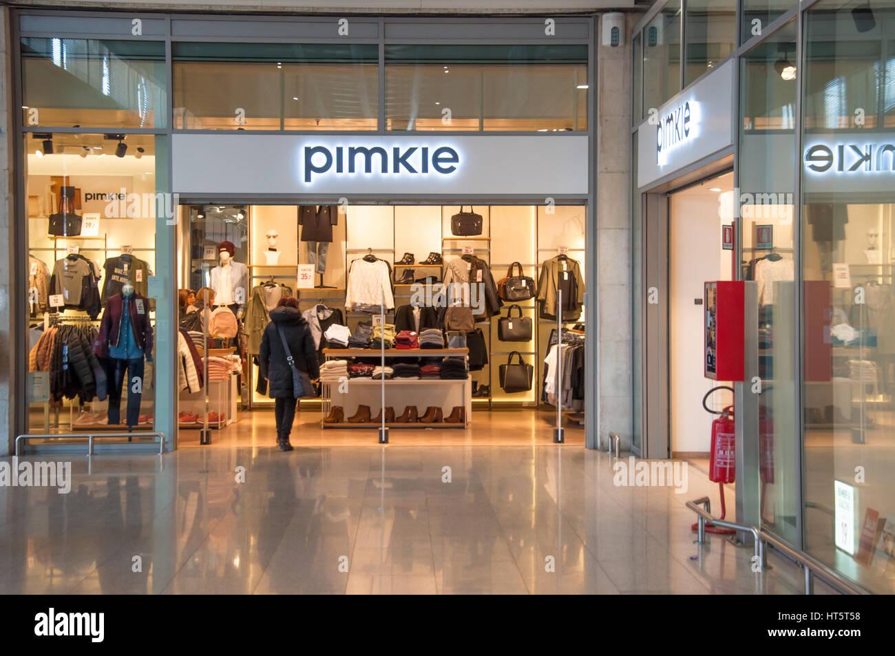 63009c3ad32 Tienda de moda femenina Pimkie Calle Calle Preciados Madrid España Europa.  C3XMX2 (RM). Tienda Pimkie en Venecia