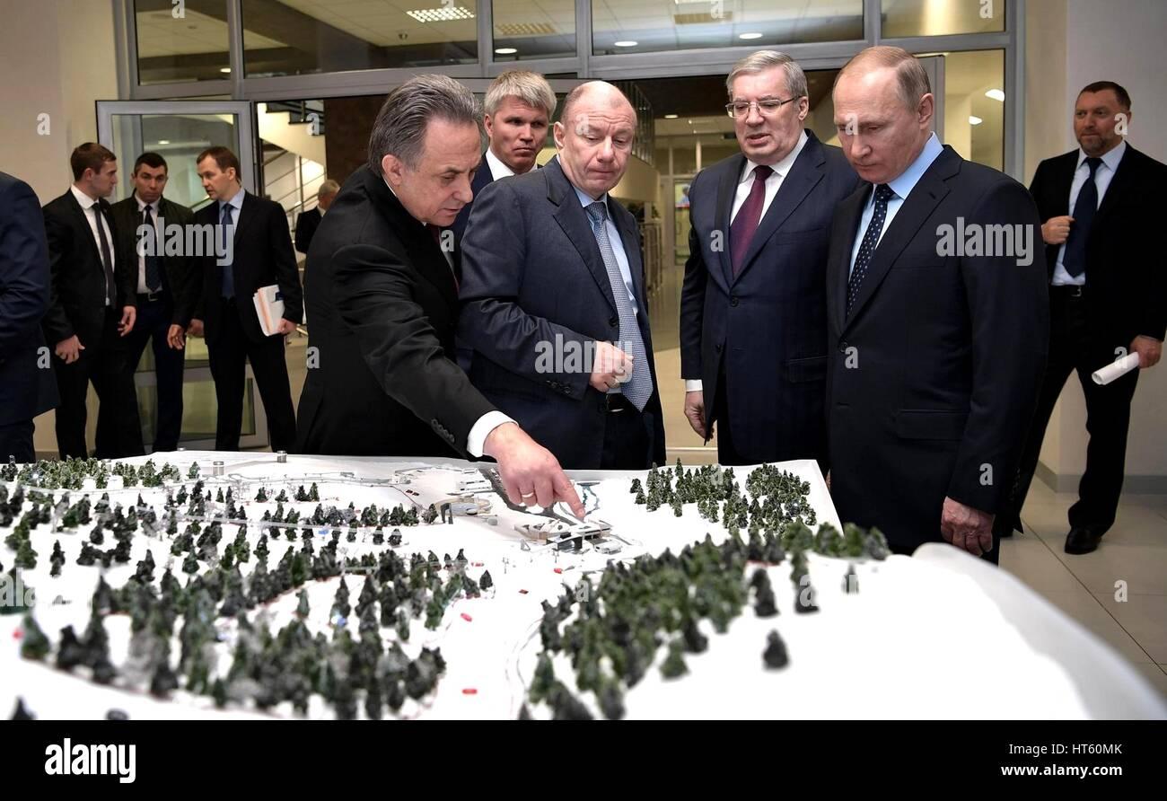 El presidente ruso Vladimir Putin es una maqueta del complejo deportivo siendo construidos antes del inicio de una Imagen De Stock