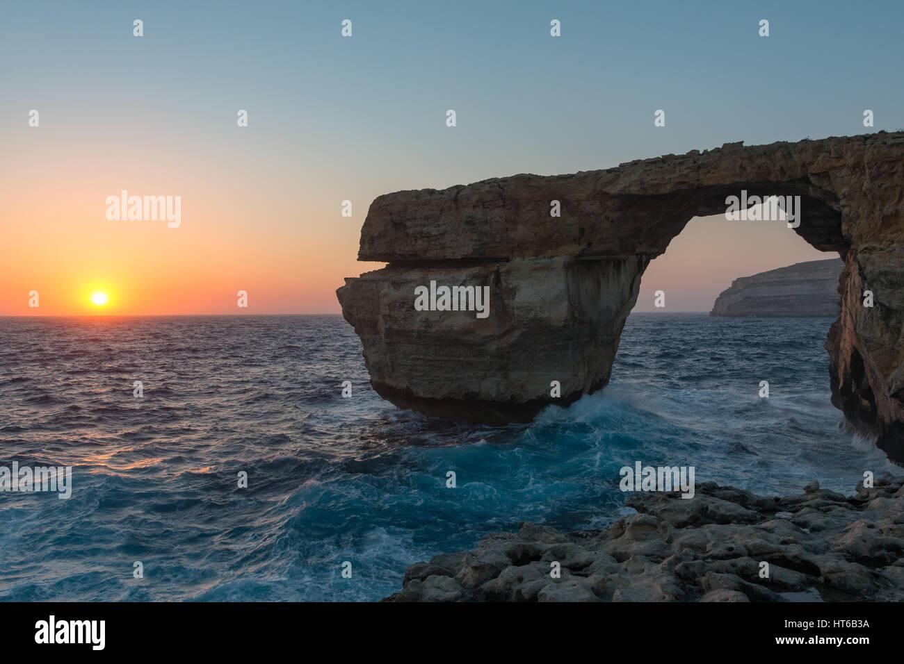 La ventana azul con olas al atardecer en Gozo, Malta Imagen De Stock