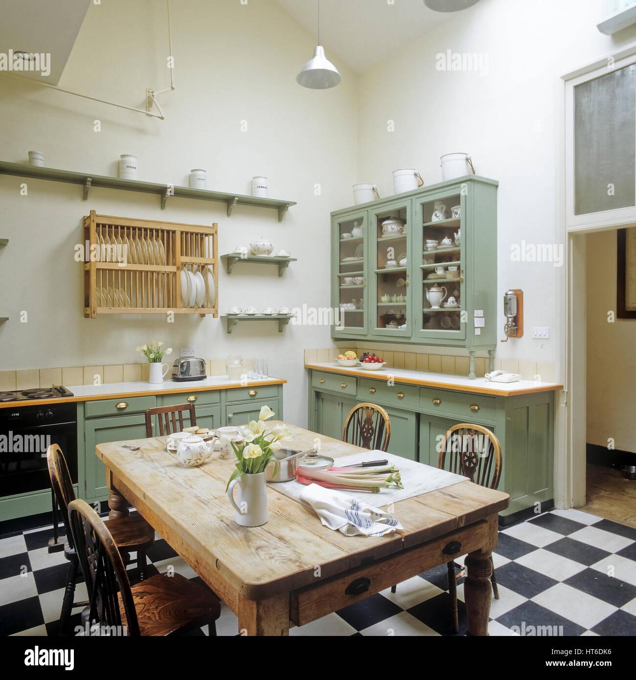 Mesa de comedor en la cocina Foto & Imagen De Stock: 135366762 - Alamy