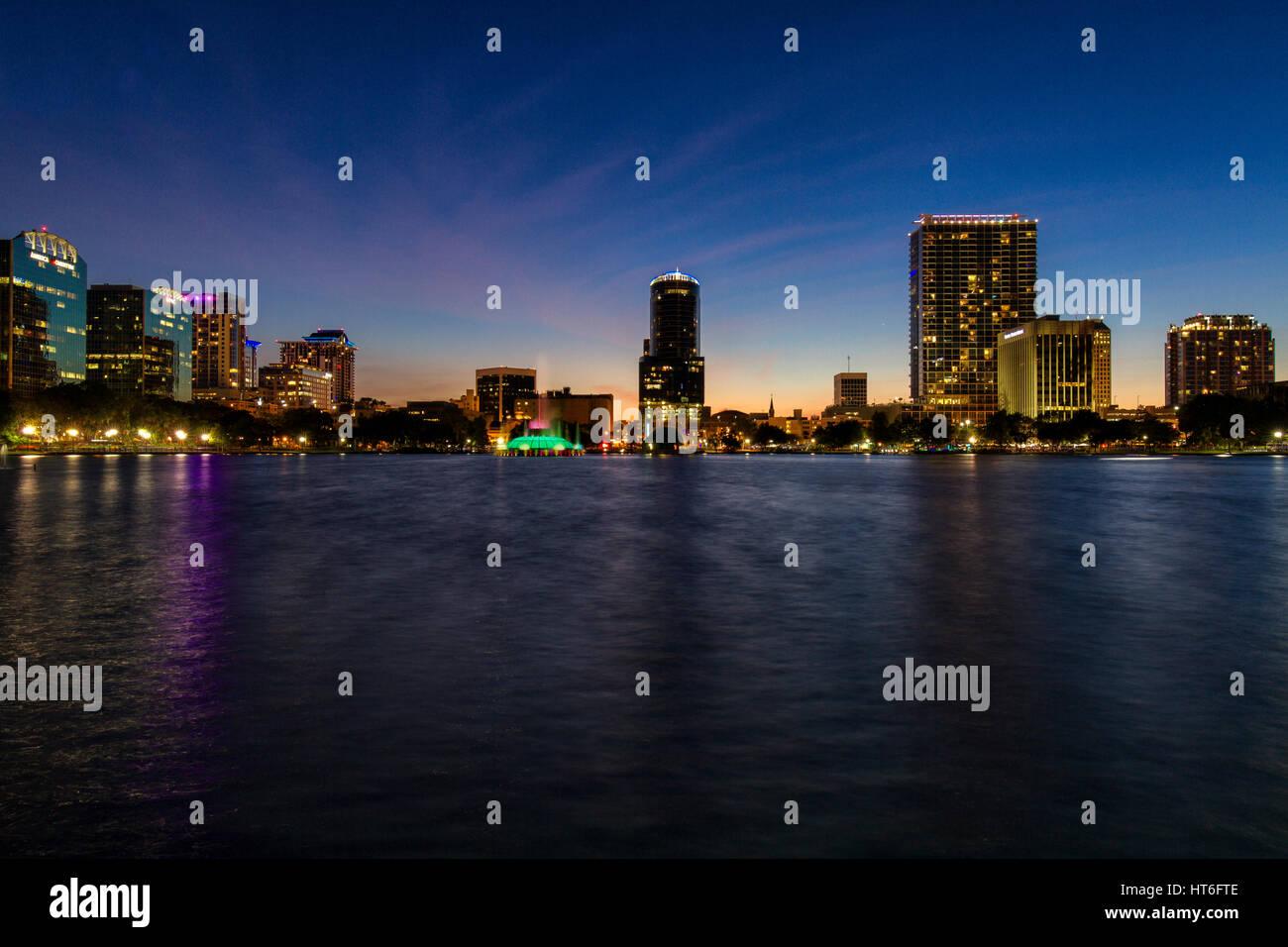 Atardecer En Lake Eola En El Downtown De Orlando Florida En Hora Azul