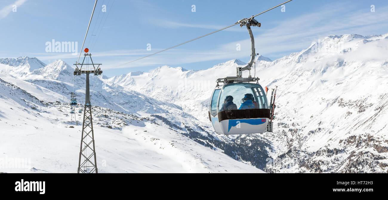 Vista panorámica de la telecabina de la estación de esquí de Hochgurgl en los Alpes austríacos. Foto de stock