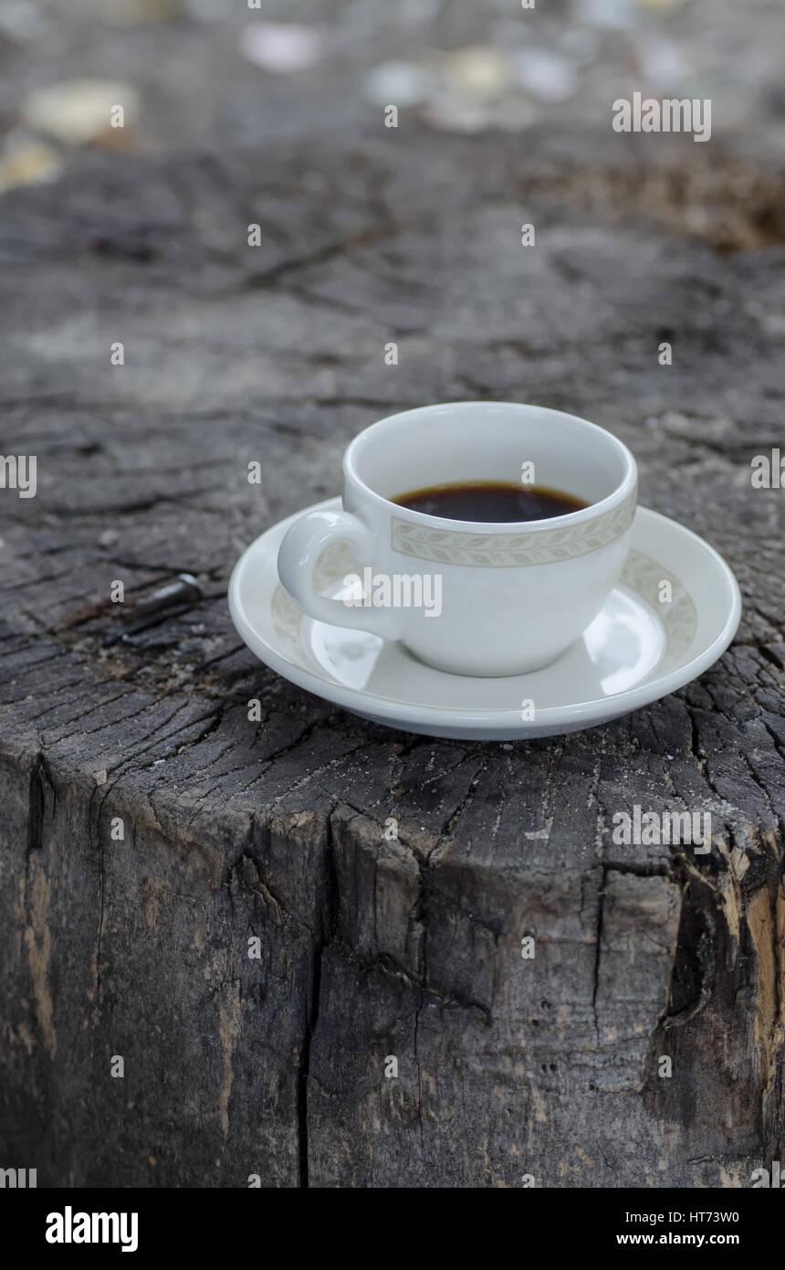 Plato redondo blanco y una taza de café con textura de madera al aire libre. Imagen De Stock