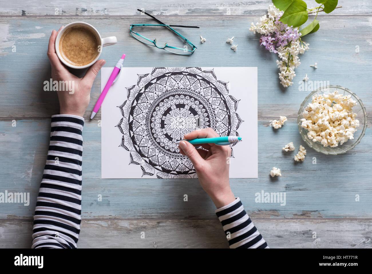 Lay, plana hembra adulta colorear libros para colorear, nueva tendencia alivio del estrés Imagen De Stock