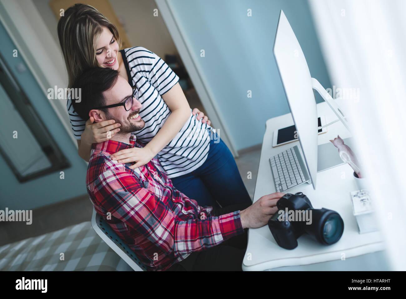 Pareja en amor trabaja desde casa en proyecto de diseño Foto de stock