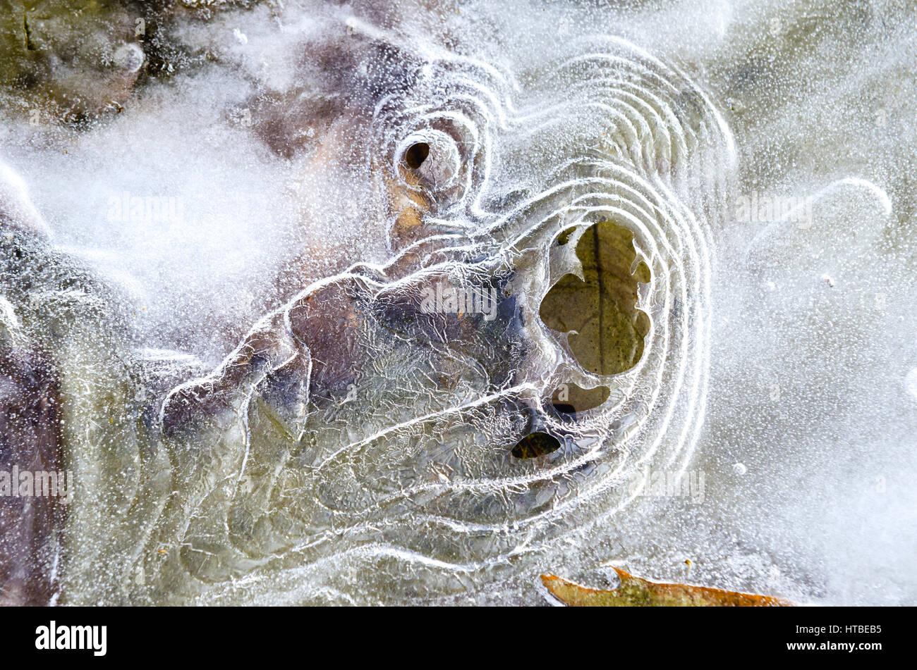 Hielo invernal congelado patrones abstractos en la naturaleza. Foto de stock