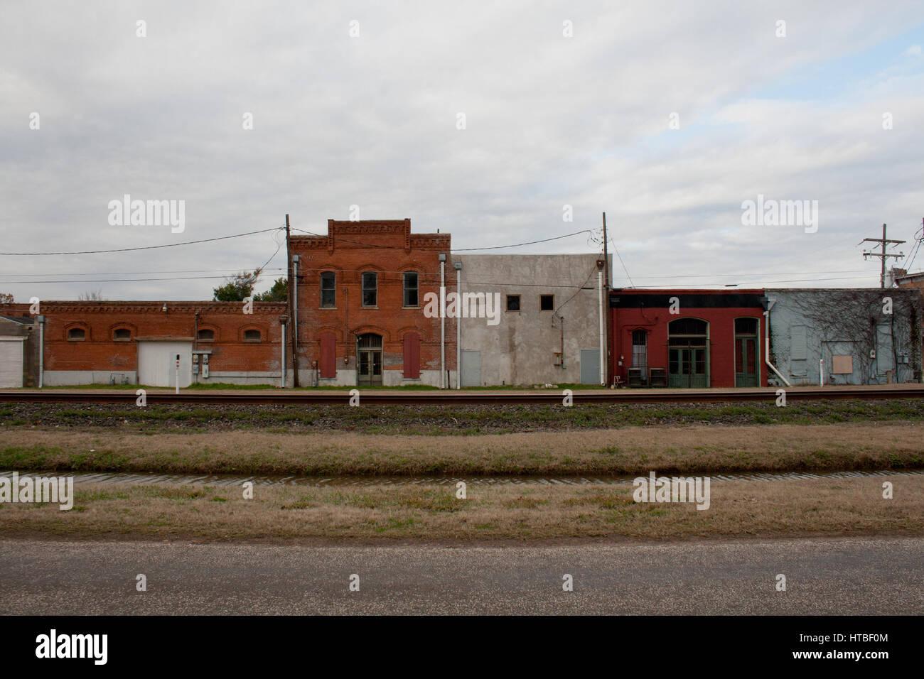 Capeado fachadas de edificios históricos a lo largo de una vía férrea en un pueblo rural en Texas. Foto de stock