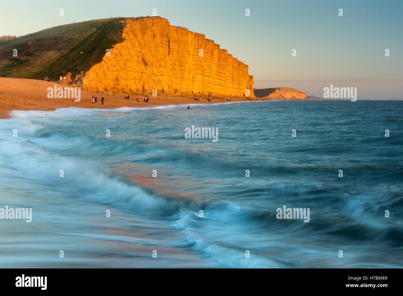 A continuación de la playa de East Cliff, West Bay, la Costa Jurásica, en Dorset, Inglaterra, Reino Unido. Imagen De Stock