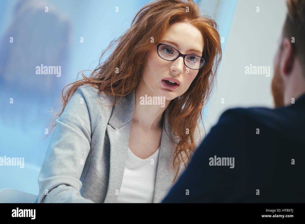 Mujer solicitante de empleo preguntas durante la entrevista Foto de stock