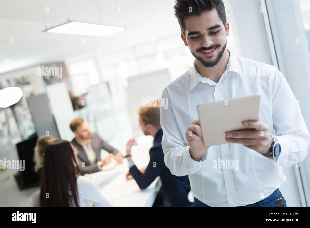 Trabajador feliz con éxito en la industria de la tecnología de la información en la oficina de trabajo Imagen De Stock
