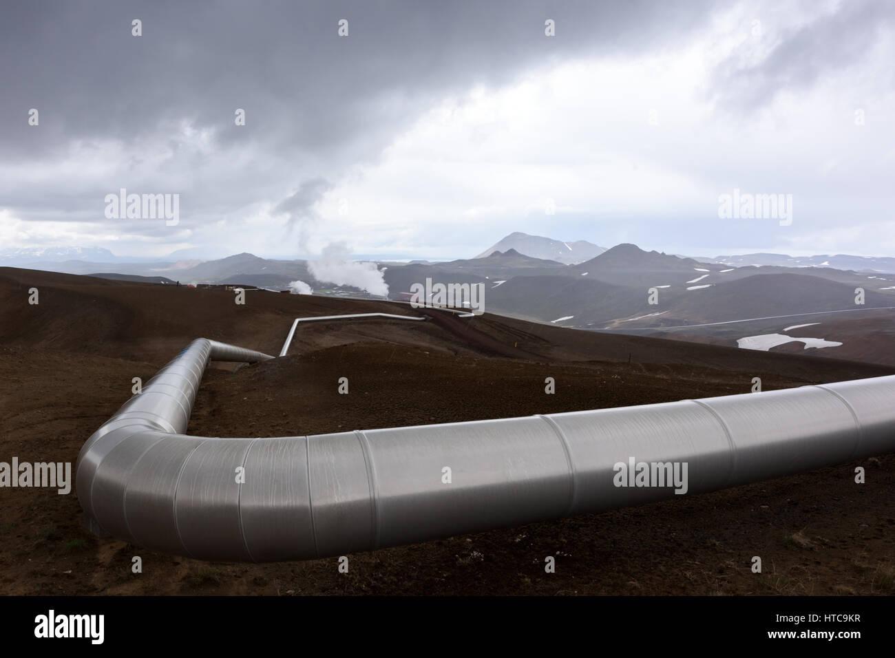 Islandia paisaje con tubos en las montañas. La energía geotérmica en las operaciones. Imagen De Stock