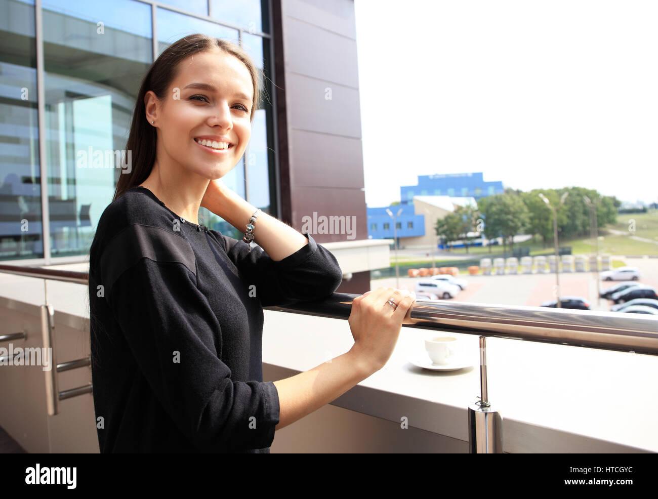 Imagen de ciudad moderna y elegante atractivo joven sobre la terraza soleada mañana. La vida en la gran ciudad, Imagen De Stock