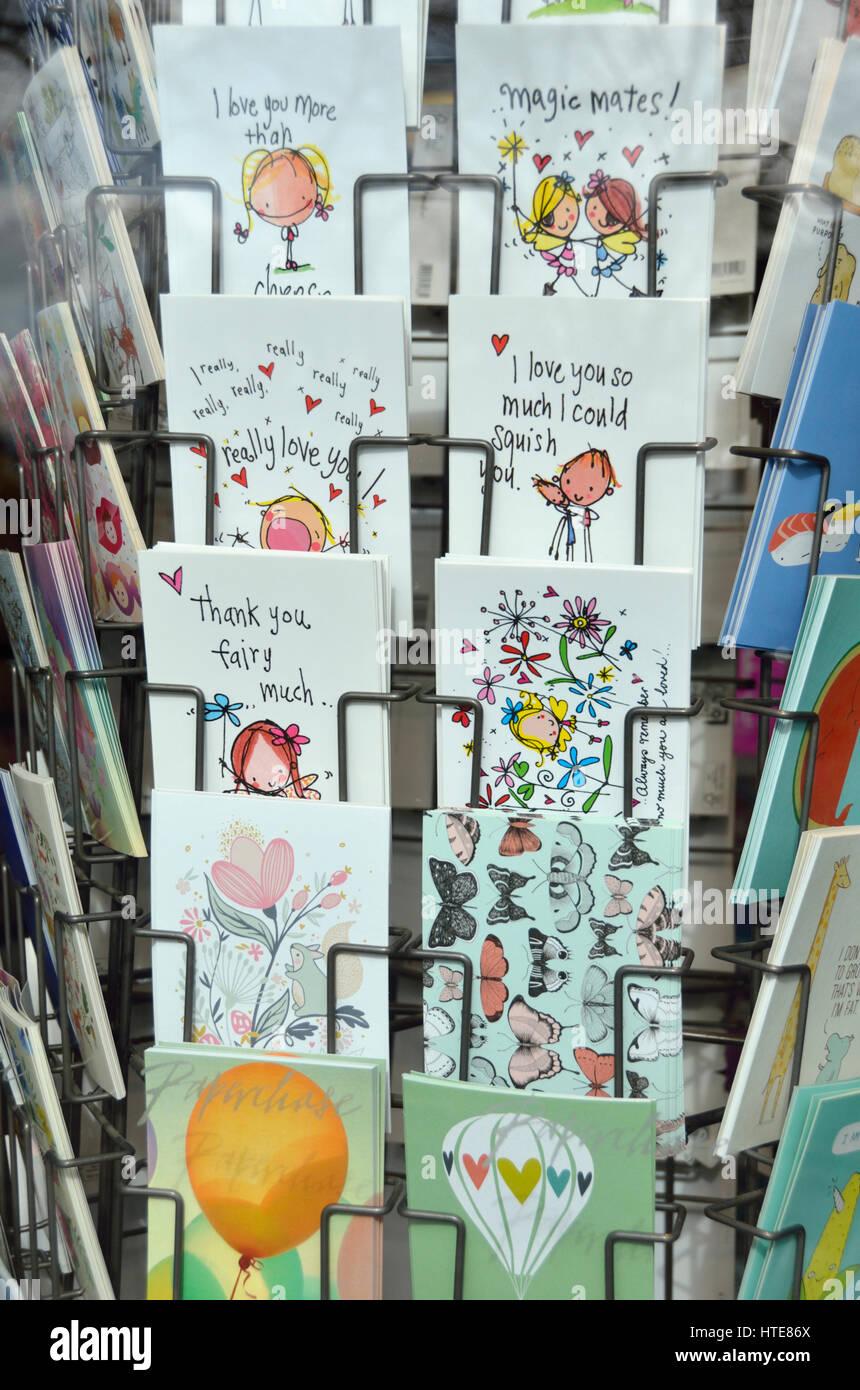 Tarjetas de felicitación sentimental sobre un stand fuera de una tienda. Foto de stock