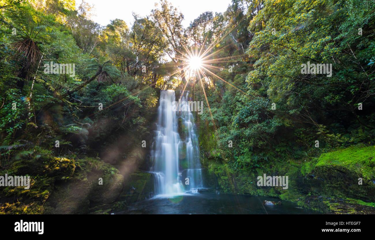 Cascada de McLean, Sun Star, los Catlins, Otago, Southland, Nueva Zelanda Imagen De Stock