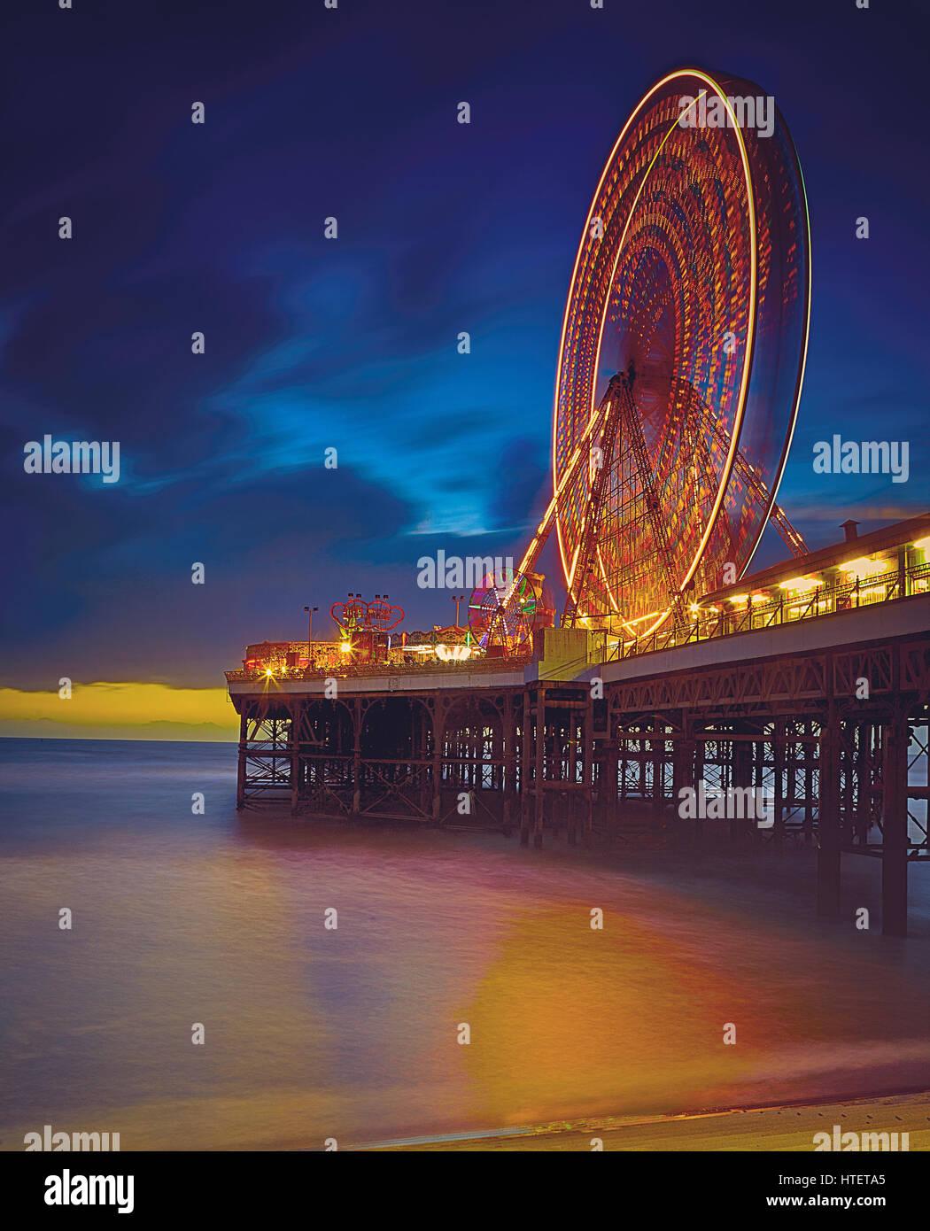 Imagen nocturna de larga exposición de la Noria en el muelle en la Blackpool Foto de stock