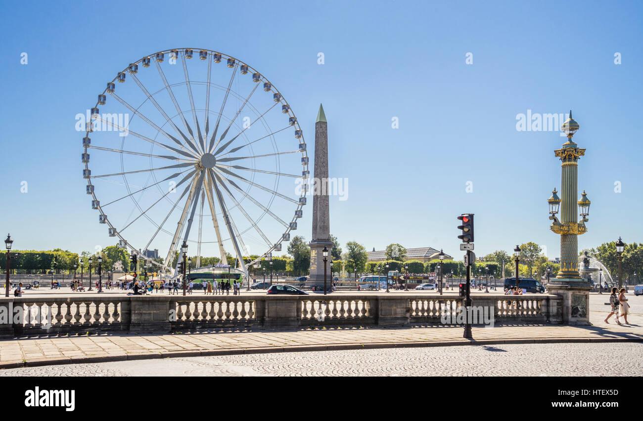 Francia, Paris, Place de la Concorde, Grand Carousel feries de rueda y el obelisco de Luxor. Imagen De Stock
