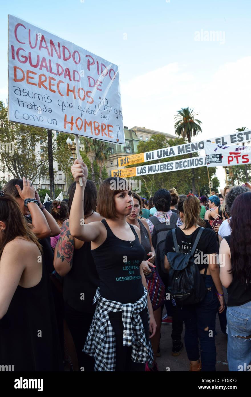 Buenos Aires Argentina Marzo 8 2017 Joven Sosteniendo Un Cartel Durante Una Protesta Conmemorating El Día Internacional De La Mujer El 8 De Marzo De 2017 En Buenos Aires Argentina Fotografía De Stock Alamy