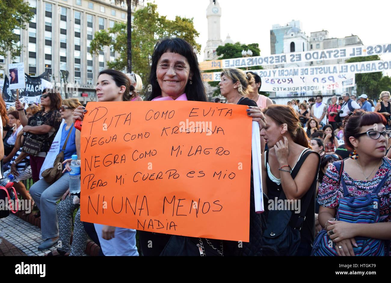 Buenos Aires Argentina Marzo 8 2017 Una Mujer Sosteniendo Un Cartel Durante Una Protesta Conmemorating El Día Internacional De La Mujer El 8 De Marzo De 2017 En Buenos Aires Argentina Fotografía De Stock Alamy