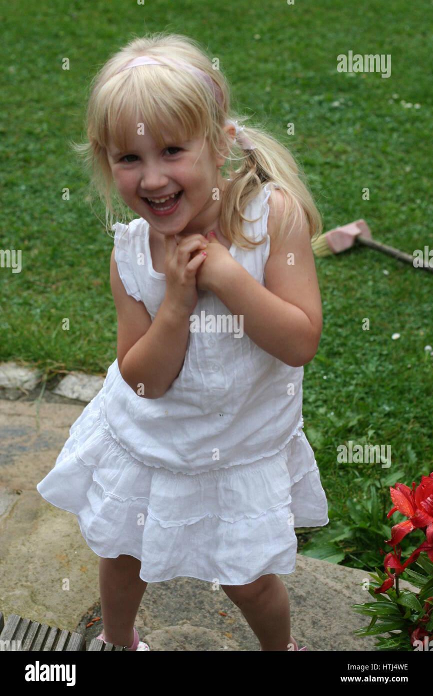 Pequena Nina Kid Cabello Rubio En Cola De Caballo Blanco Vestido De