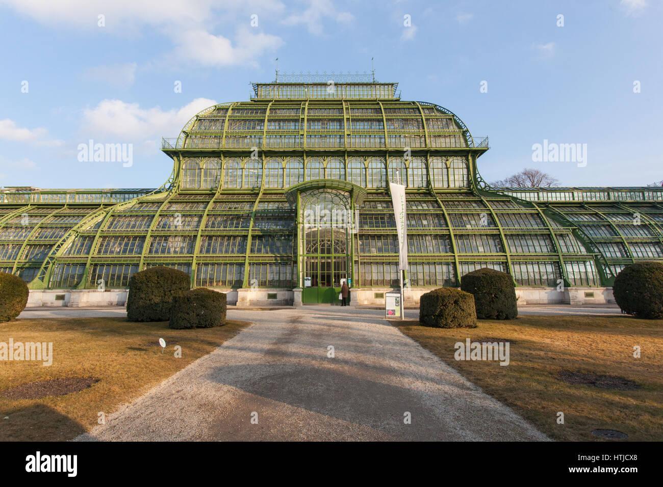 La Casa de las palmeras o Palmenhaus en los jardines del palacio de Schönbrunn, Viena, Austria. Imagen De Stock