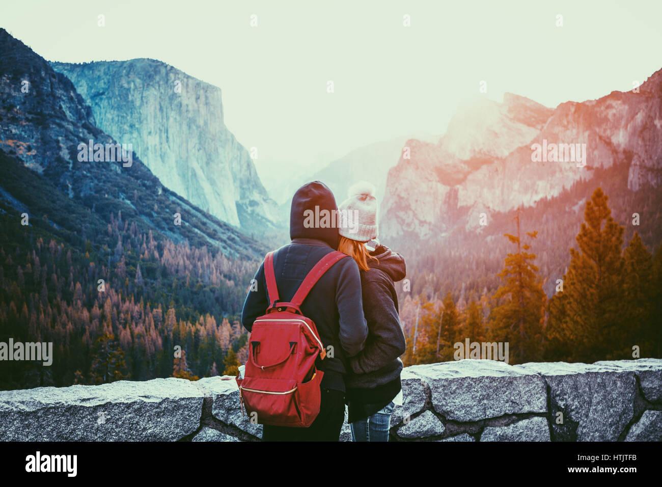 Vista romántica de una pareja joven, disfrutando de la famosa vista de túnel en la luz de la mañana de oro hermoso amanecer en el valle de Yosemite en verano, California, EE.UU. Foto de stock