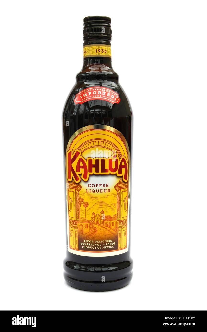 Camberley, Reino Unido - 01 de marzo de 2017: una botella de Kahlua licor de café, una popular bebida hecha Imagen De Stock