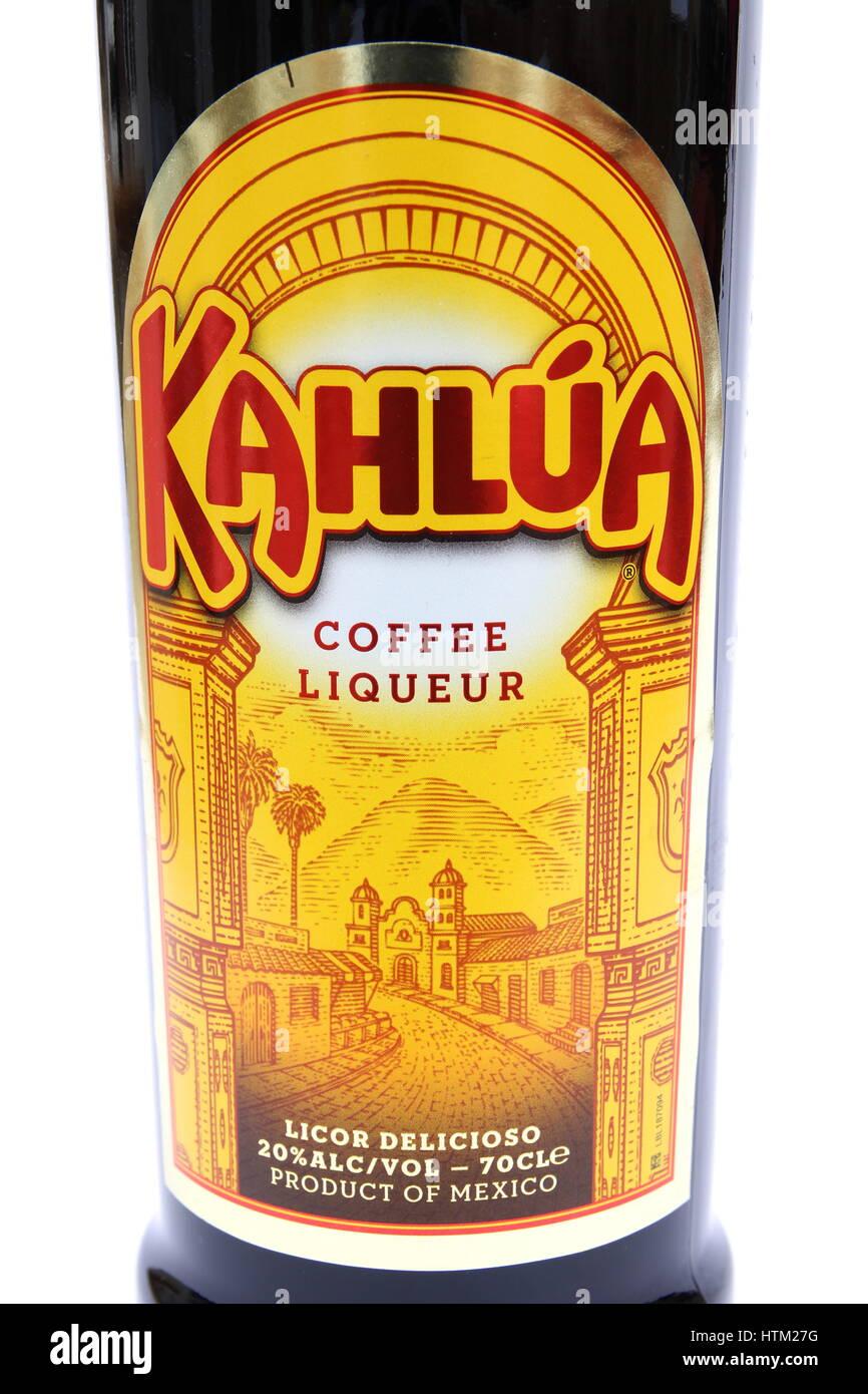 Camberley, Reino Unido - 01 de marzo 2017: etiqueta en una botella de licor de café Kahlua, una popular bebida Imagen De Stock