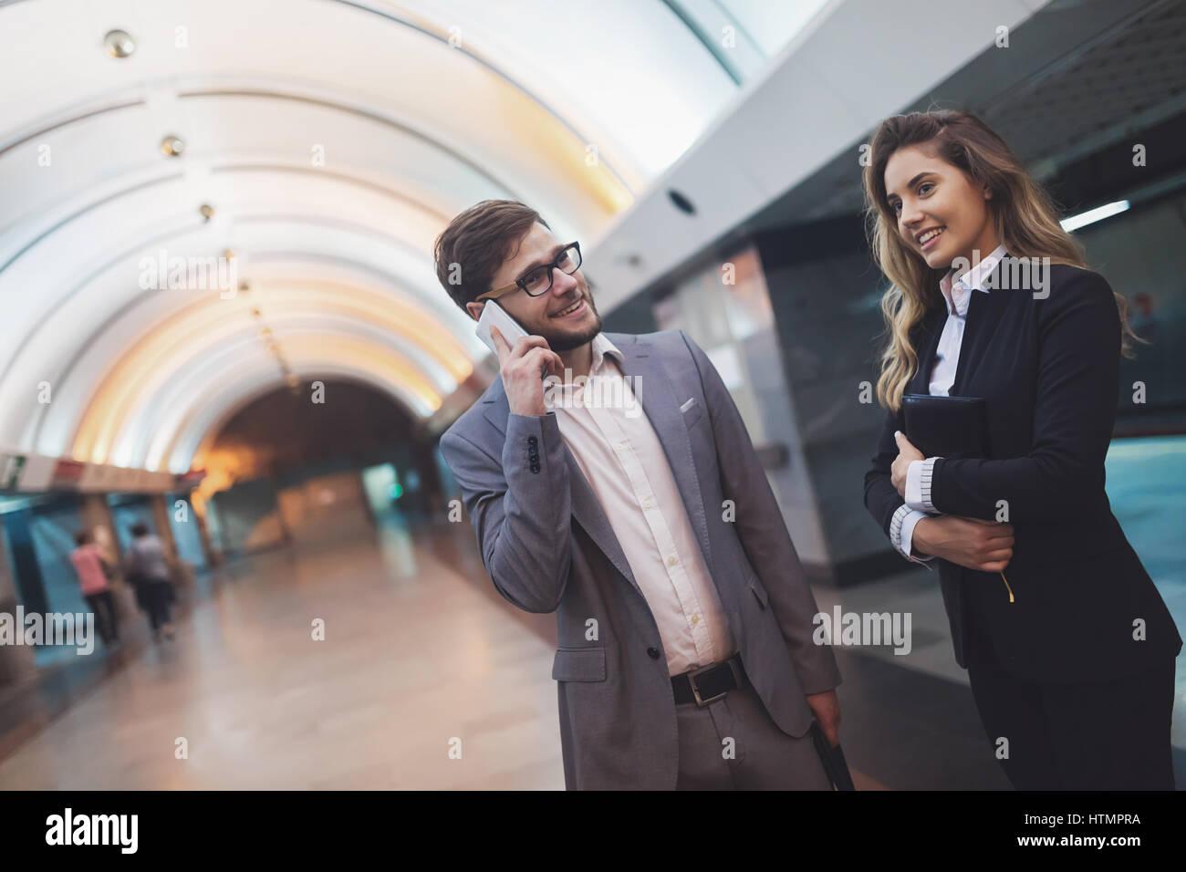 Gente de negocios esperando transporte metro subterráneo Imagen De Stock