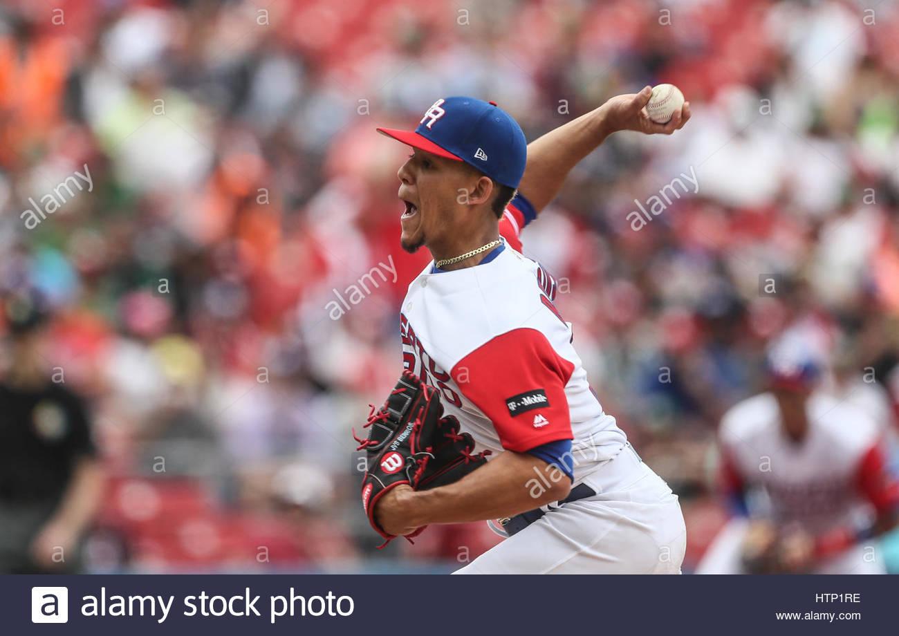 Guadalajara, México. 12 Mar, 2017. Mike Avilés de Puerto Rico en acción durante el Mundial de Béisbol Imagen De Stock
