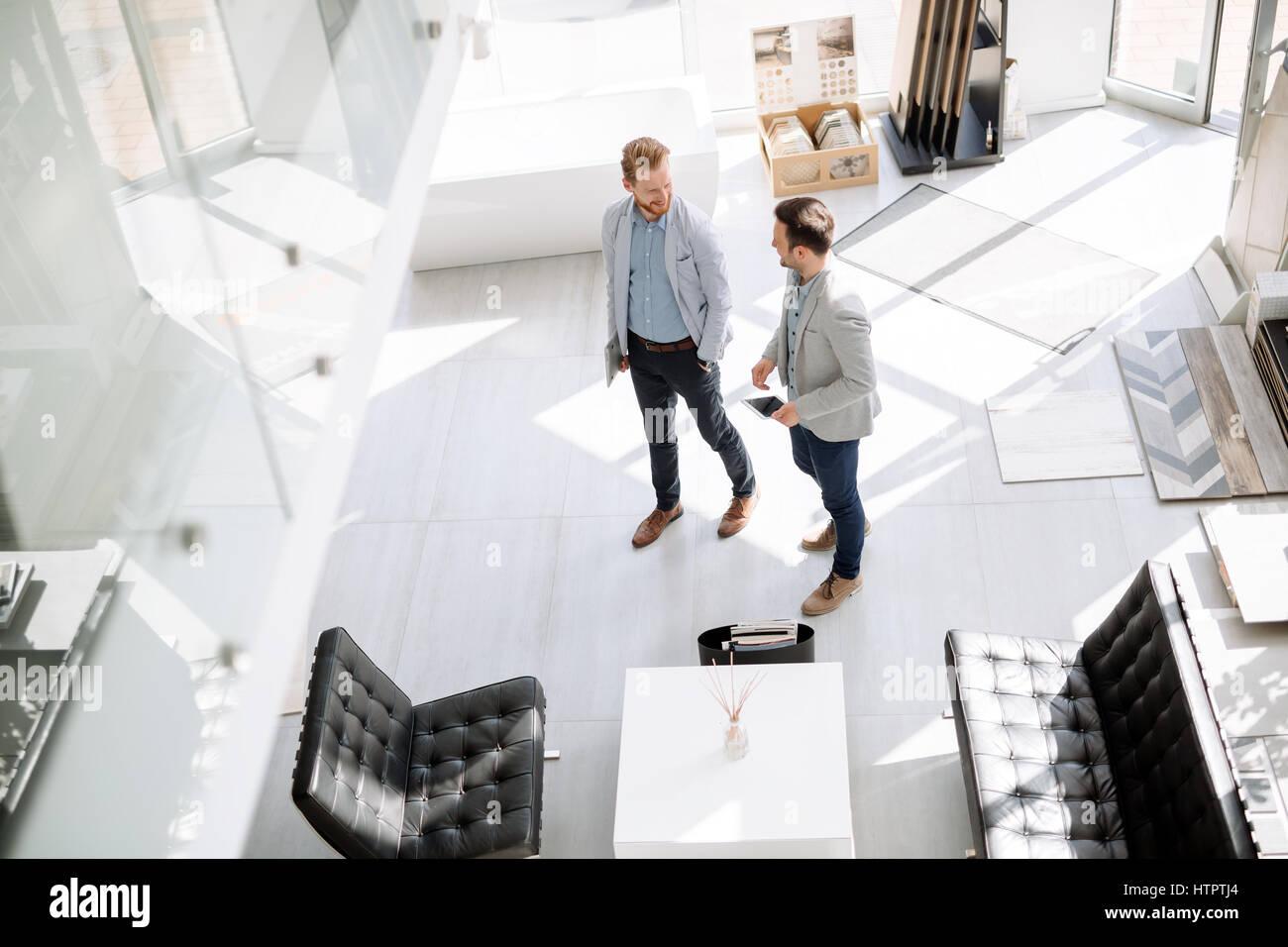 Dos clientes entrando en tienda de diseño interior Imagen De Stock