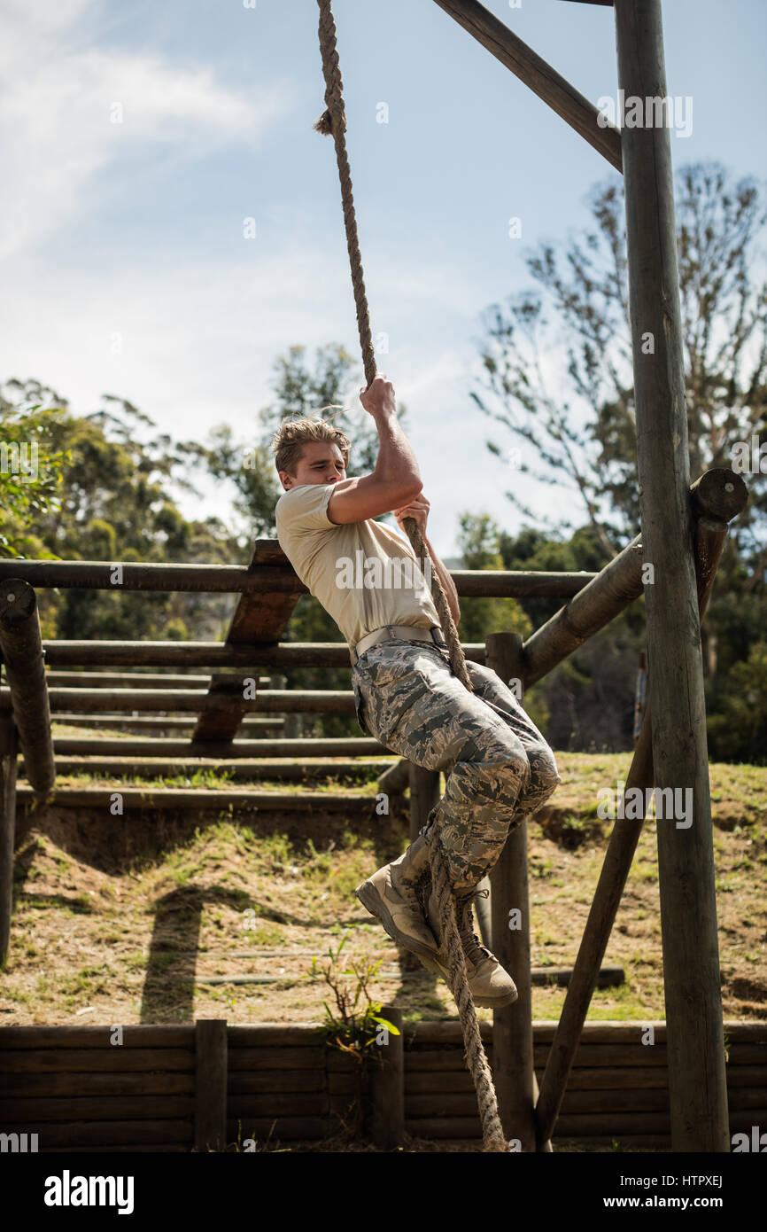 Soldado Militar formación cuerda de escalada en boot camp Imagen De Stock