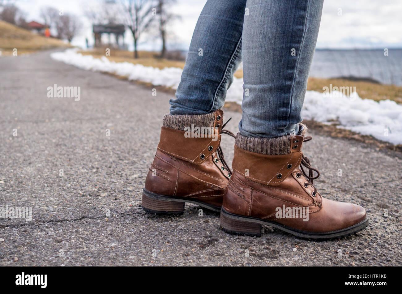 8e371e55 Mostrando la dama zapato de cuero marrón cálido como ella pasos adelante,  por ella misma