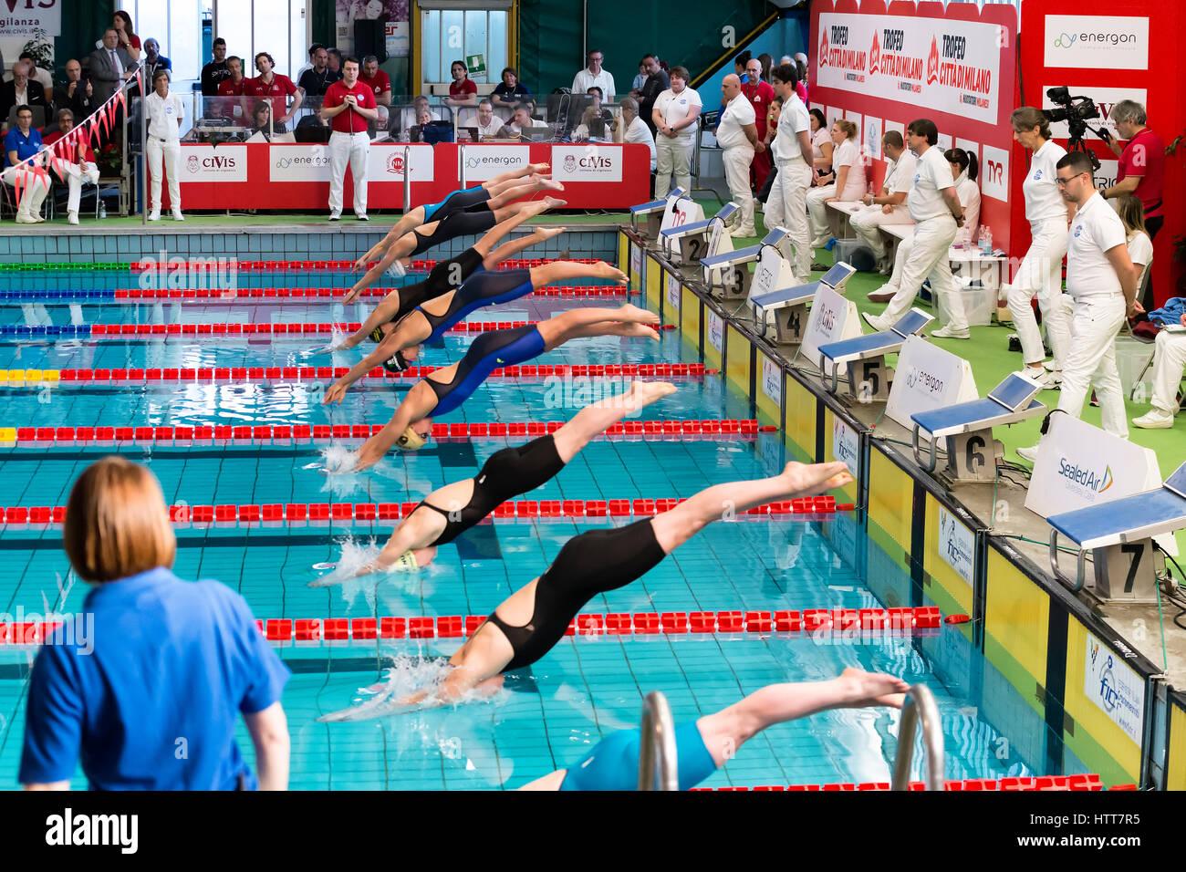 Milán, Italia - 10 de marzo 2017: mujeres nadadores arranque durante el 7º Trofeo Citta di Milano competencia Imagen De Stock