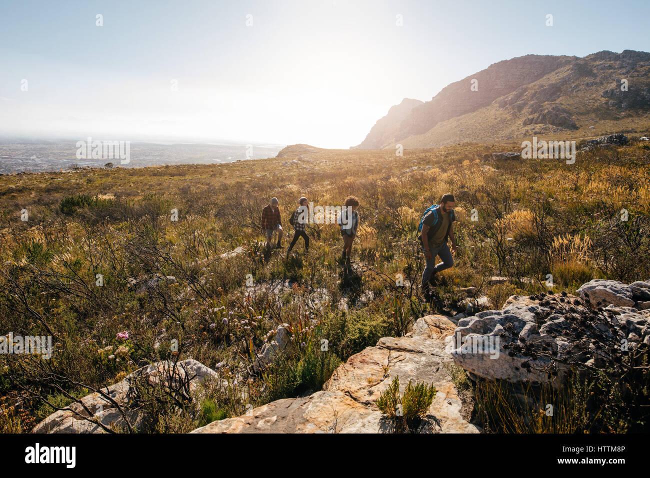Un grupo de amigos, senderismo en terrenos extremos en el campo. Los jóvenes del país a pie en un día Imagen De Stock