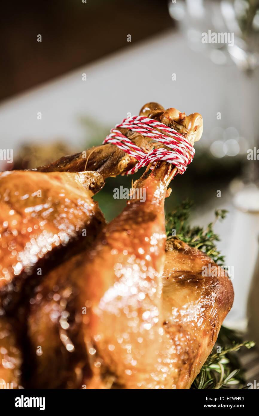 Vista cercana del delicioso pavo asado en tabla de vacaciones Imagen De Stock