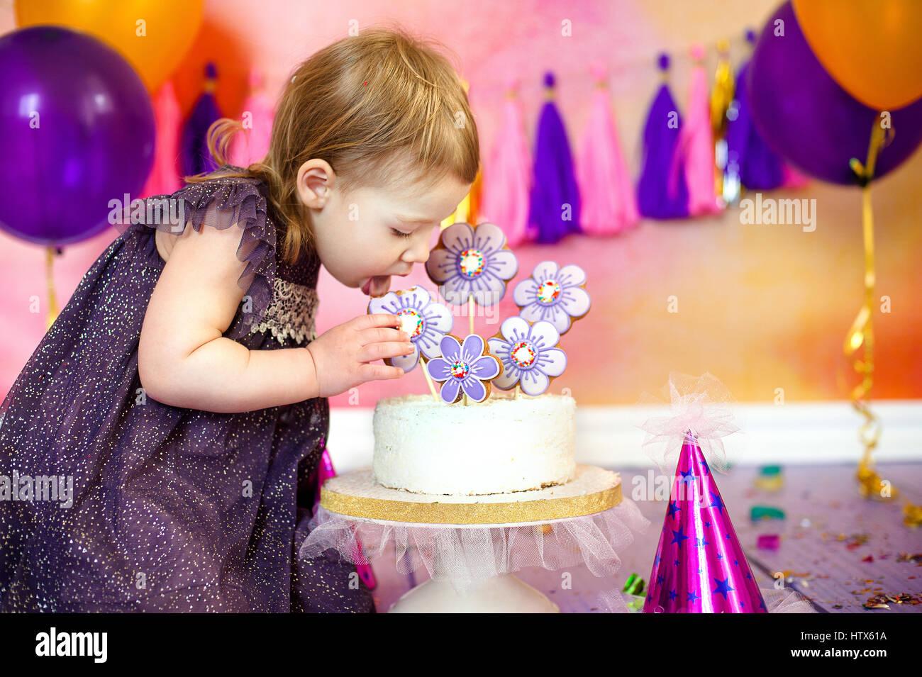 Feliz Fancy hermoso lindo celebra el cumpleaños de una niña de dos años. Imagen De Stock