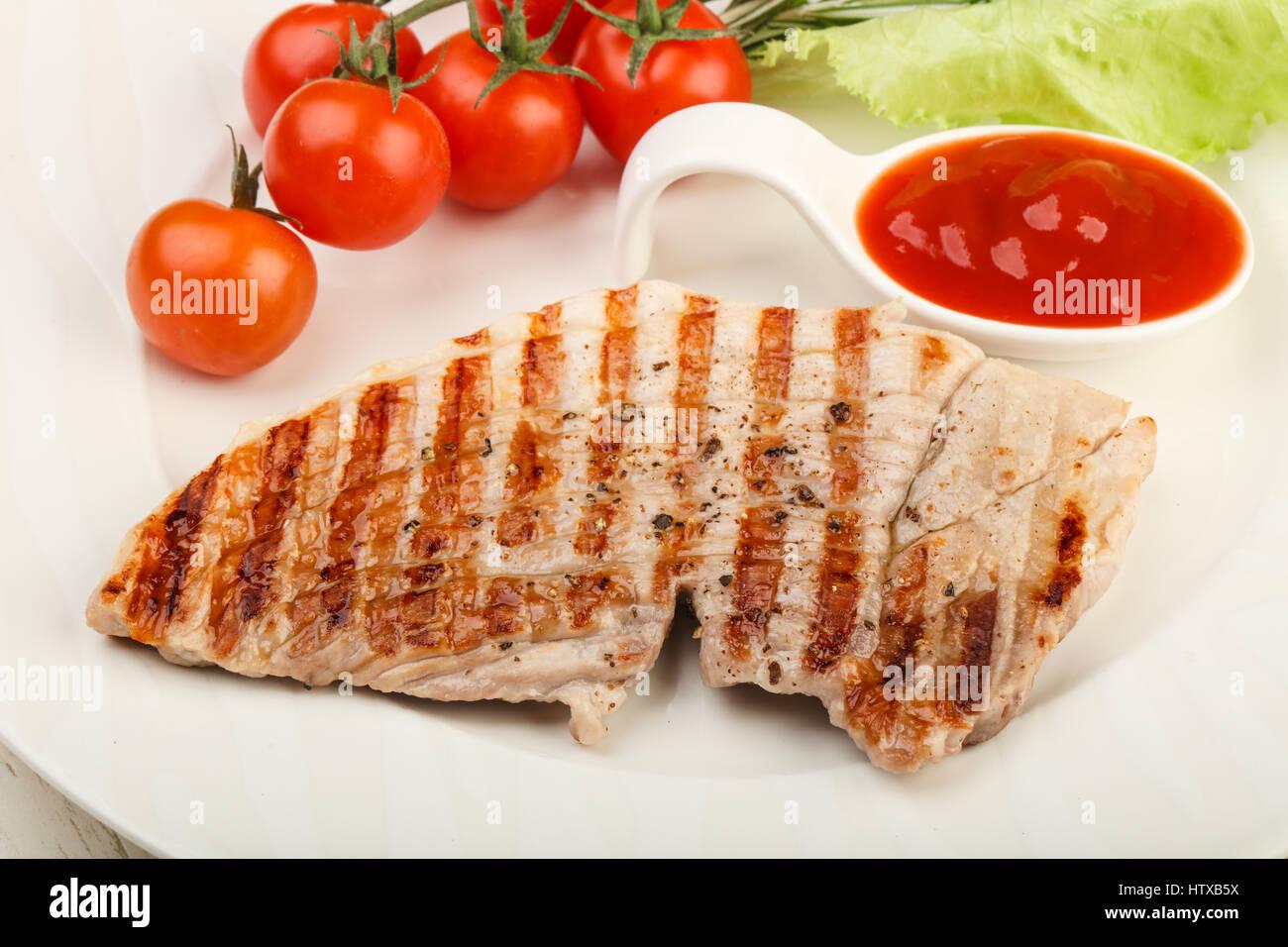 Puerto asado filete con la salsa de tomate ketchup y Romero Foto de stock