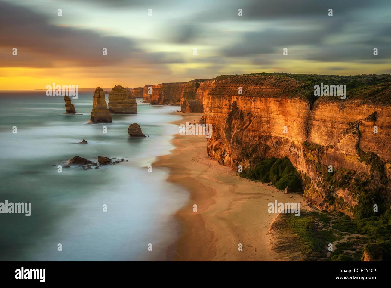 Puesta de sol sobre los doce apóstoles, a lo largo de la famosa Great Ocean Road en Victoria, Australia, cerca Imagen De Stock