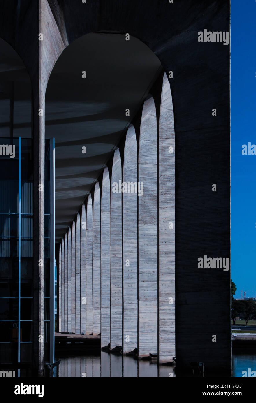 Detalle de las columnas del Palacio de Itamaraty, también conocido como Palacio de los Arcos - Relaciones Exteriores del Brasil, Brasilia, DF. Foto de stock