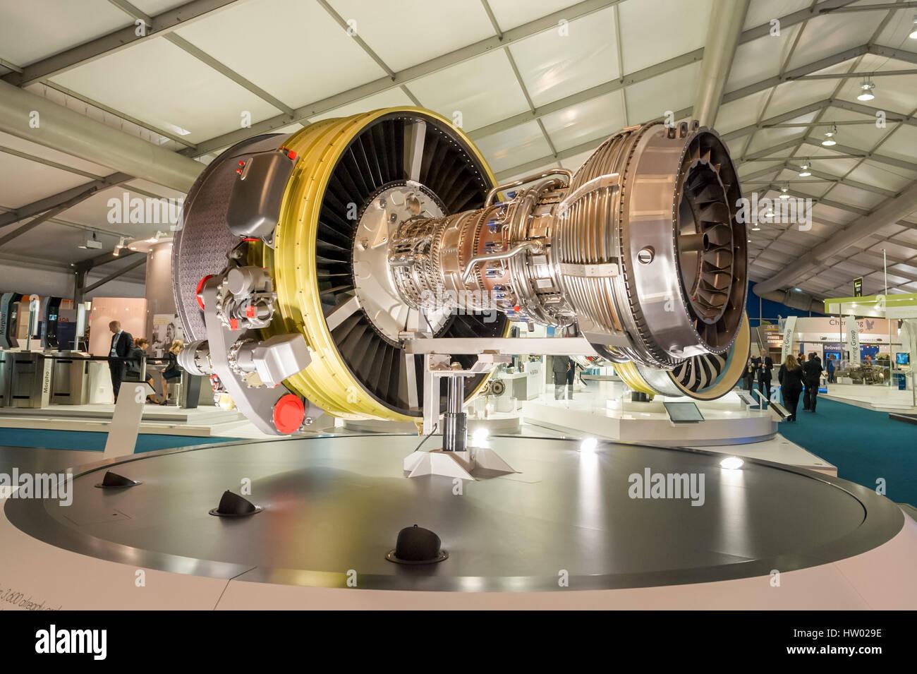 La exposición de los stands mostrar grandes motores y otros componentes utilizados en el sector de la aviación en Foto de stock