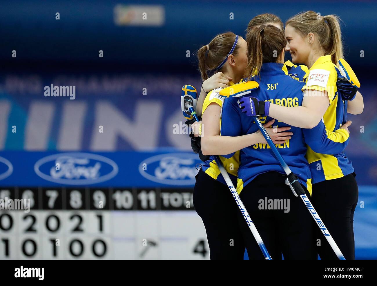 Beijing, China. 23 Mar, 2017. Jugadores de Suecia después de celebrar el Campeonato del Mundo de Curling Femenino round-robin partido contra China en Beijing, capital de China, 23 de marzo de 2017. Suecia ganó 10-4 . Crédito: Wang Lili/Xinhua/Alamy Live News Foto de stock