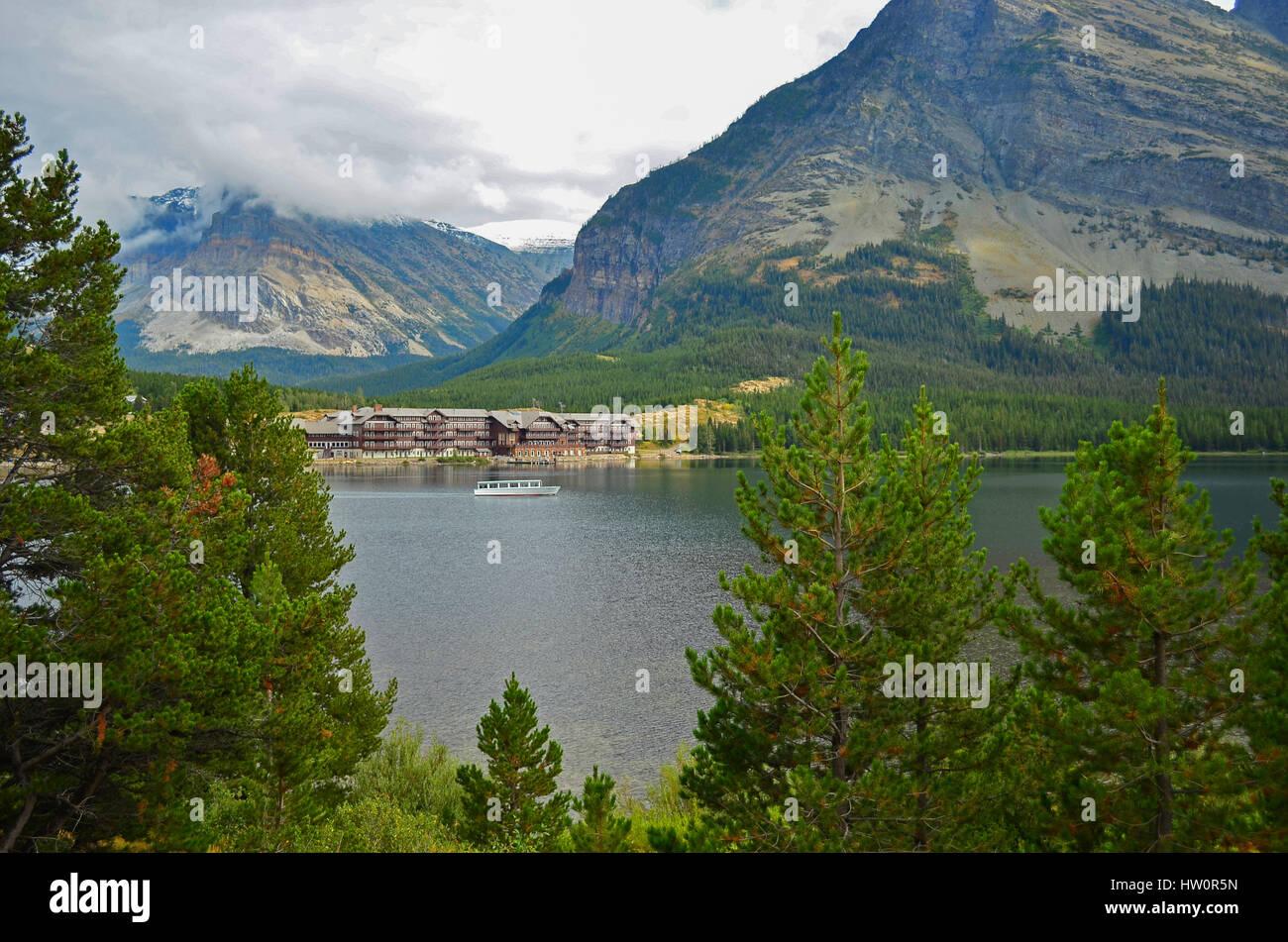 Lago Swiftcurrent & muchos glaciares Lodge en el parque nacional de Glacier, Montana, EE.UU. Foto de stock